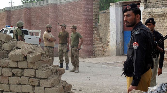 Policemen (R) and Ranger soldiers (L) stand outside a prison following a Taliban attack in Dera Ismail Khan July 30, 2013.(Reuters / Stringer)
