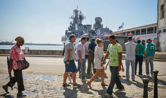 "Cubans watch as the ""Moskva"" Russian guide missile cruiser moors at Havana's harbour, on August 3, 2013. (AFP Photo / Adalberto Roque)"