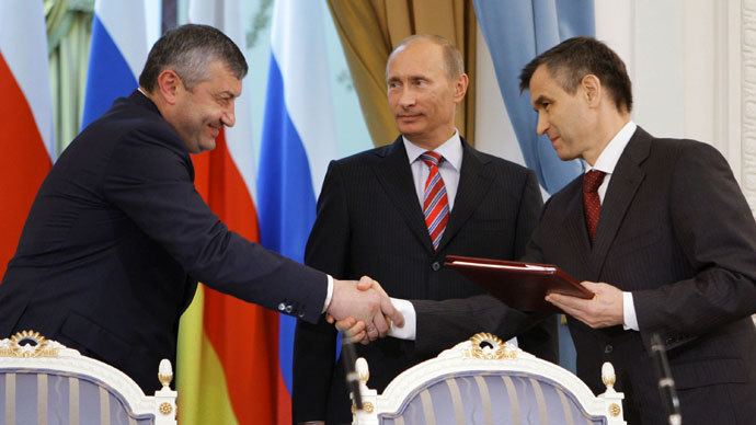 Vladimir Putin (C) watches as head of Georgia's breakaway South Ossetia region Eduard Kokoity (L) shakes hands with Russian Interior Minister Rashid Nurgaliyev in Moscow on August 26, 2009 on the one year anniversary of South Ossetia's and Abkhazia's independence as recognized by Russia. (AFP Photo / Alexey Druzhinin)