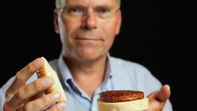 Professor Mark Post shows the world's first lab-grown beef burger during a launch event in west London August 5, 2013 (REUTERS / David Parry / pool)