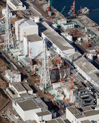 An aerial view shows (from top to bottom) No.1, No.2, No.3 and No.4 reactor buildings at Tokyo Electric Power Co. (TEPCO)'s tsunami-crippled Fukushima Daiichi nuclear power plant (Reuters / Kyodo)