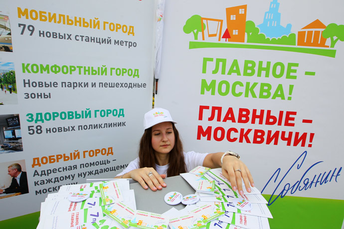A member of Sergei Sobyanin's election campaign office in Bauman Garden of Culture and Leisure. (RIA Novosti/Ruslan Krivobok)