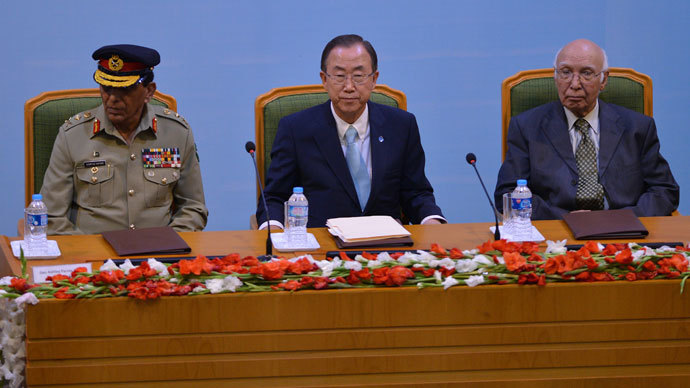 UN Secretary-General Ban Ki-moon (C) is flanked by Pakistan's army chief General Ashfaq Kayani (L) and Pakistan's Adviser for National Security and Foreign Affairs, Sartaj Aziz in Islamabad on August 13, 2013. (AFP Photo / Aamir Qureshi)