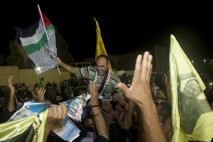 Palestinians prisoners released by Israel are greeted by relatives at the Palestinian President's headquarters in the West Bank city of Ramallah, August 14, 2013. (AFP Photo / Ahmad Gharabli)