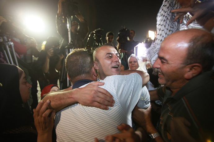 Palestinian prisoners freed from Israeli detention are greeted in the city of Ramallah on August 14, 2013. (AFP Photo / Abbas Momani)