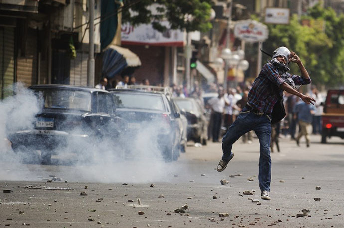 Egyptian riot police fire tear gas as supporters of ousted president Mohamed Morsi clash with residents and police in downtown Cairo on August 13, 2013. (AFP Photo / Gianluigi Guercia)