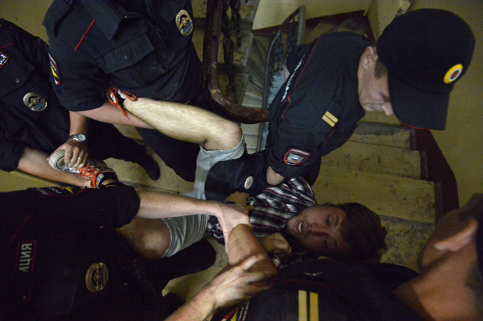 Law enforcement agents detain one of the four people who were present in an apartment on Chistoprudny Bulvar (RIA Novosti / Evgeny Biyatov)