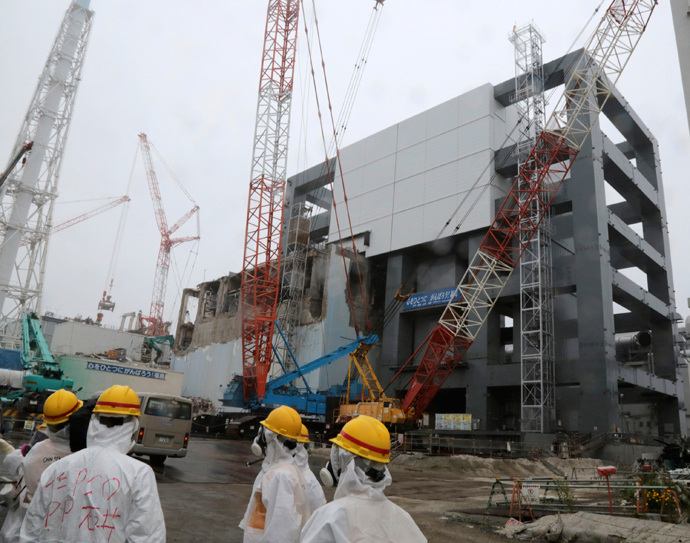 A general view of the cover installation for the spent fuel removed from the cooling pool is pictured at the No.4 reactor building at Tokyo Electric Power Company's (TEPCO) tsunami-crippled Fukushima Daiichi nuclear power plant in Fukushima prefecture (Reuters / Noboru Hashimoto / Pool)