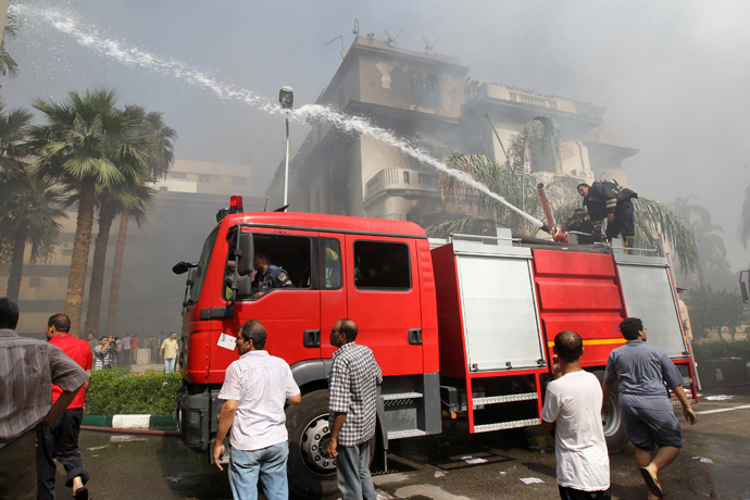 Firemen try to put out a fire in a government building that was set ablaze in Giza's district of Cairo, August 15, 2013 (Reuters / Muhammad Hamed)
