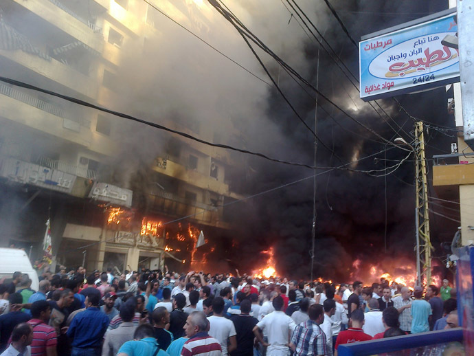 Lebanese people gather at the site of a car bomb between the Bir el-Abed and Roueiss neighbourhoods, in the southern suburb of Beirut on August 15, 2013 (AFP Photo)