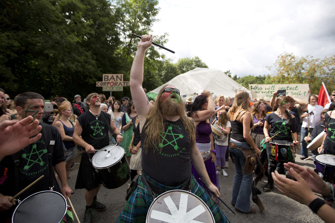 Anti-fracking and climate protesters bang drums as they join a march towards the drill site operated by British energy firm Cuadrilla in Balcombe in southern England, on August 18, 2013. (AFP Photo/Justin Tallis)