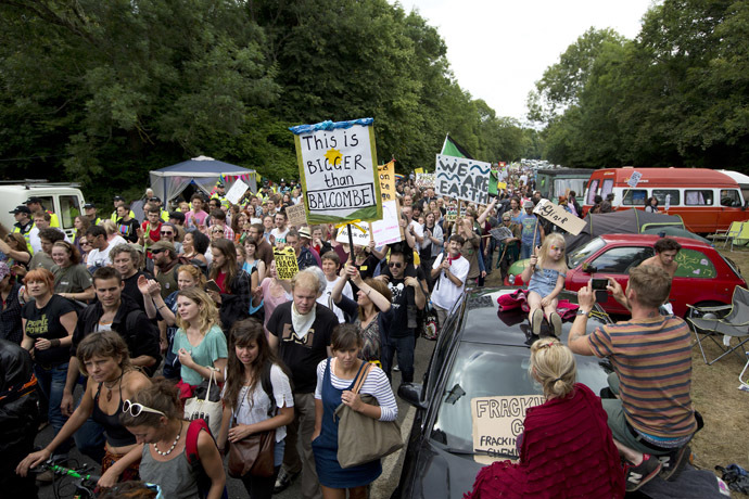 Anti-fracking and climate protesters march with banners and placards towards the test drill site operated by British energy firm Cuadrilla in Balcombe in southern England, on August 18, 2013. (AFP Photo/Justin Tallis)