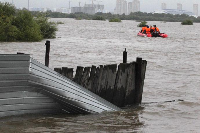 Emergency crews search for people and evacuate those affected on the Bolshoy Ussuriysky island near the city of Khabarovsk (RIA Novosti/Vitaliy Ankov)