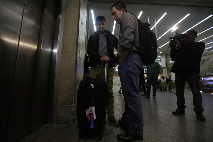 U.S. journalist Glenn Greenwald stands with his partner David Miranda as they wait for the lift at Rio de Janeiro's International Airport August 19, 2013. (Reuters/Ricardo Moraes)