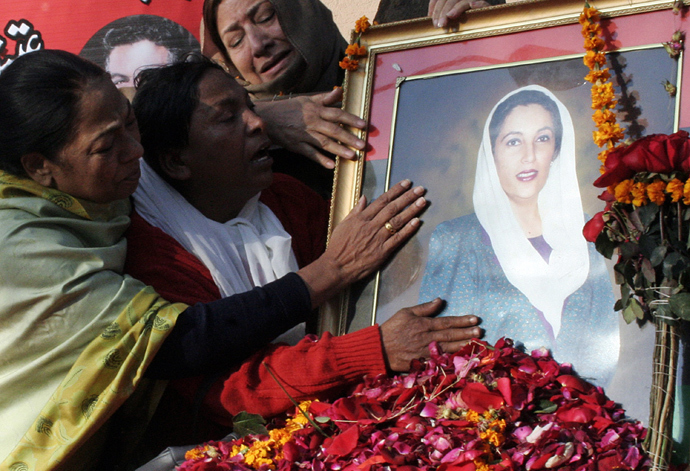 Supporters of the Pakistan People's Party (PPP) pay homage to slain former premier Benazir Bhutto at Bilawal House in Lahore, 30 December 2007 (AFP Photo / Arif Ali)