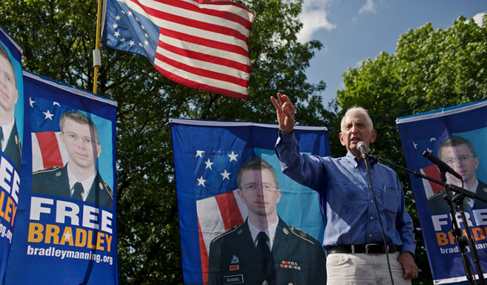 Daniel Ellsberg, former United States military analyst considered the Pentagon Papers whistleblower, speaks during mass rally in support for PFC Bradley Manning on June 1, 2013 in Fort Meade, Maryland. (AFP Photo / Lexey Swall)