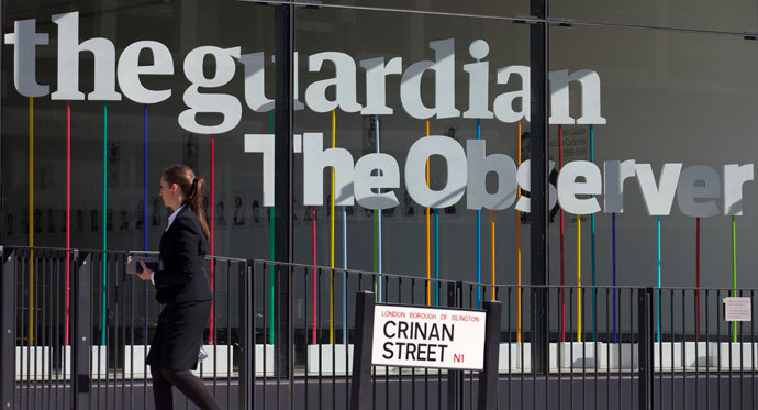 A woman walks past the offices of the Guardian newspaper in central London on August 20, 2013.(AFP Photo / Andrew Cowie)