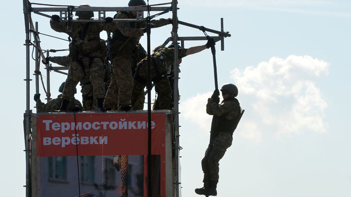 The Defense Ministry's special force officer showing vertical descent skills with the use of heat-proof ropes at the Defense Ministry Innovation Day exhibition.(RIA Novosti / Iliya Pitalev)