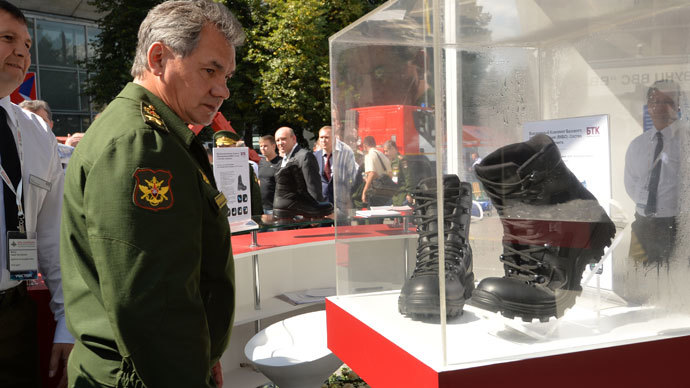 Defense Minister Sergei Shoigu observing samples of new uniform for servicemen, displayed at the Defense Ministry Innovation Day exhibition.(RIA Novosti / Iliya Pitalev)