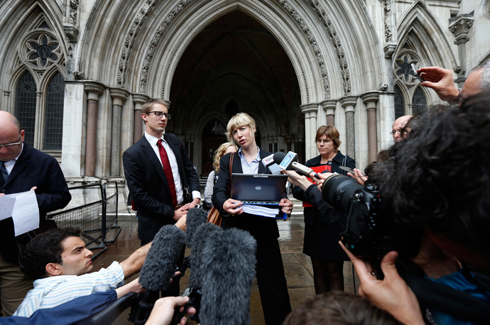 Gwendolen Morgan, the lawyer for David Miranda makes a statement to members of the media outside the High Court in London August 22, 2013 (Reuters / Suzanne Plunkett)