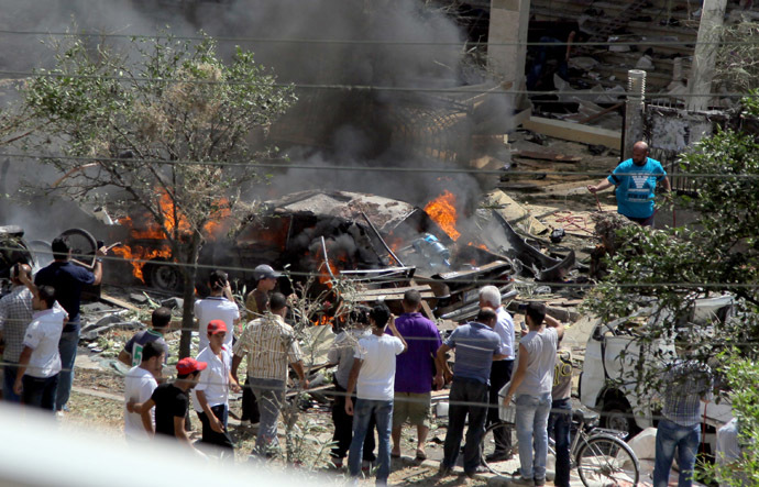 Lebanese citizens gather outside al-Taqwa mosque at the site of a powerful explosion in the northern Lebanese city of Tripoli on August 23, 2013. (AFP Photo)