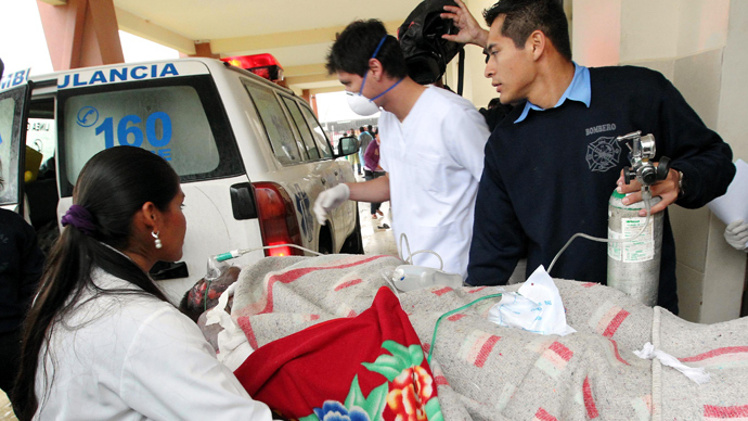 Medical personnel transport a wounded man at the Palmasola prison in Santa Cruz, Bolivia, on August 23, 2013 (AFP Photo / STR)