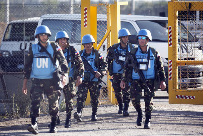 United Nations (UN) peacekeepers from the Philippines cross the Israeli army crossing of Quneitra between Syria to the Israeli annexed Golan Heights on June 12, 2013, on their way for a vacation after serving in Syria. (AFP Photo / Menahem Kahana)