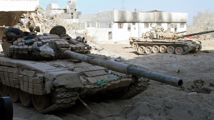 Syrian army tanks are seen deployed in the Jobar neighbourhood of Damascus on August 24, 2013 (AFP Photo / Str)
