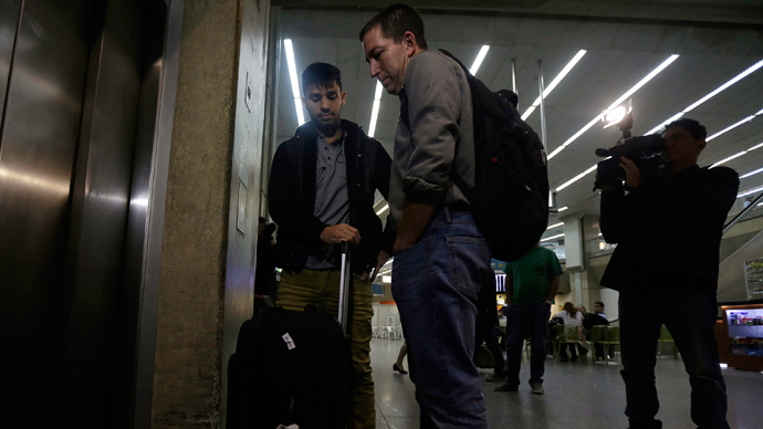 U.S. journalist Glenn Greenwald stands with his partner David Miranda as they wait for the lift at Rio de Janeiro's International Airport August 19, 2013 (Reuters / Ricardo Moraes)