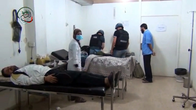 An image grab taken from a video uploaded on YouTube on August 26, 2013 allegedly shows a UN inspectors (C) visiting a hospital in the Damascus subburb of Moadamiyet al-Sham (AFP Photo)