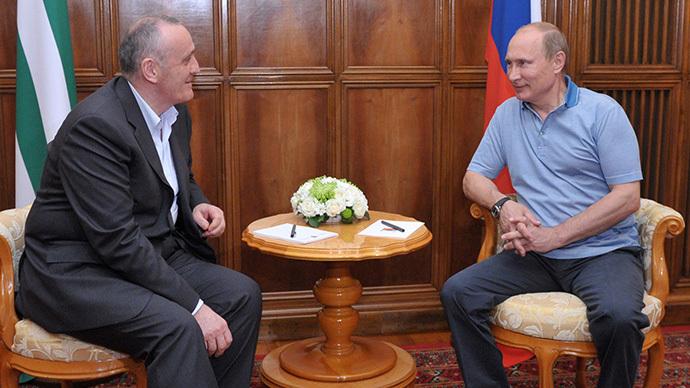 Russian President Vladimir Putin, right, during his meeting with President of Abkhazia Alexander Ankvab in Pitsunda, August 25, 2013. (Aleksey Nikolskyi / RIA Novosti)