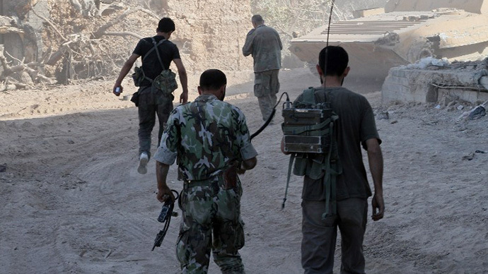 Syrian army soldiers are seen deployed in the Jobar neighbourhood of Damascus on August 24, 2013. (AFP Photo)