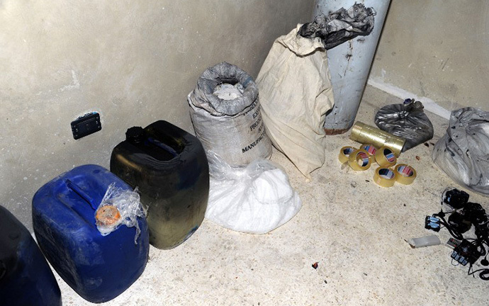 A handout picture released by the Syrian Arab News Agency (SANA) on August 24, 2013 shows bags and containers of what the Syrian government claims to be materials used to make chemical weapons discovered in Jobar on the outskirts of the capital Damascus. (AFP Photo)
