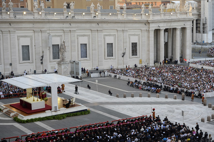 Pope Francis (2ndL under the awning) presides over the mass vigil for prayer for peace in Syria in Saint Peter square at the Vatican, on September 7 2013. (AFP Photo/Andreas Solaro)