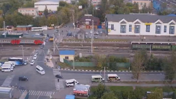 Moscow commuter train rams car as traffic lights fail (VIDEO)