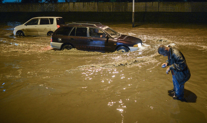 Cars in the flooded streets of Khabarovsk. (RIA Novosti/Vladimir Astapkovich)