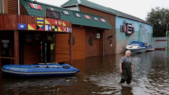 A Khabarovsk resident stands in the street as water level in the Amur river near the city reached a record level.(RIA Novosti / Vitaliy Ankov)