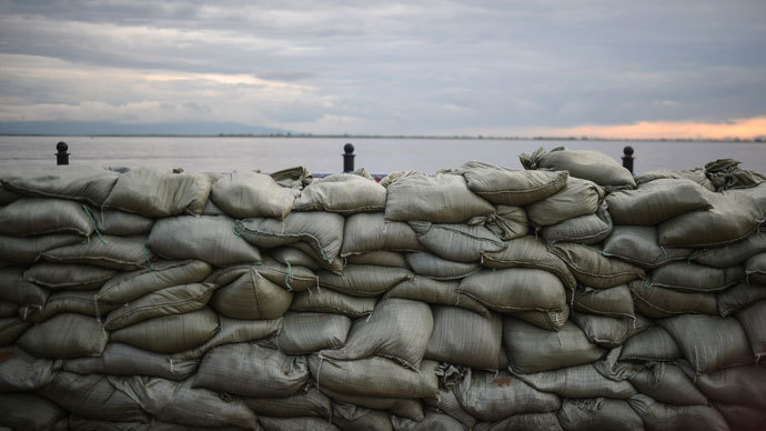 Sandbags set up on the Amur River embankment in Khabarovsk to protect the city from flooding.(RIA Novosti / Vladimir Astapkovich)