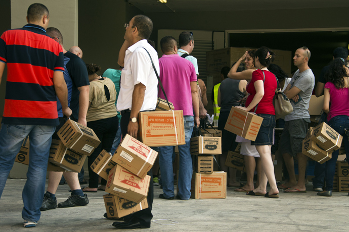 Israelis queue up to collect gas mask kits at a distribution center in the Mediterranean coastal city of Haifa, northern Israel, on August 29, 2013 (AFP Photo)