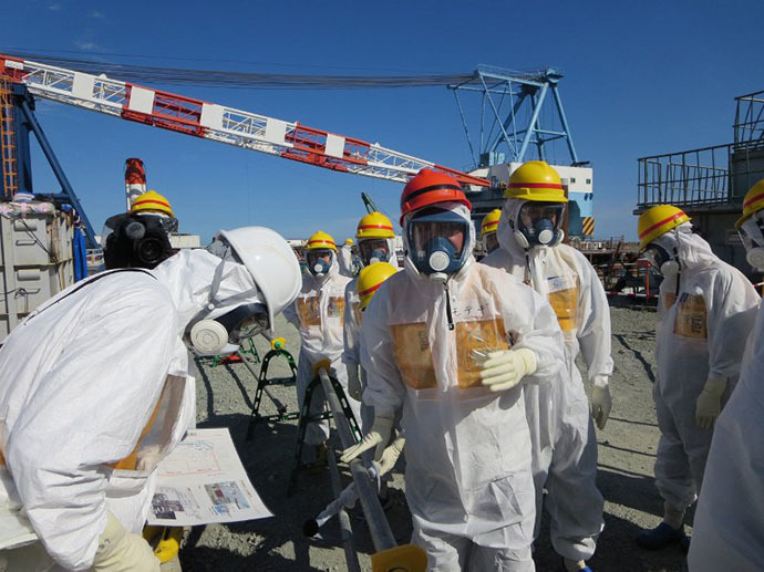 This handout picture taken by Tokyo Electric Power Co. (TEPCO) on August 26, 2013 and received on September 1, 2013 shows Japanese Economy, Trade and Industry Minister Toshimitsu Motegi (C-red helmet) inspecting TEPCO's Fukushima Dai-ichi nuclear power plant in the town of Okuma, Fukushima prefecture. (AFP Photo)