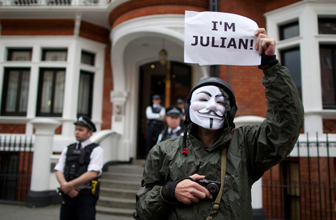 A supporter of Julian Assange stands outside the Ecuadorian embassy awaiting the Ecuadorian decision to grant Australian journalist and founder of WikiLeaks, Julian Assange Asylum, in London (AFP Photo / Andrew Cowie)