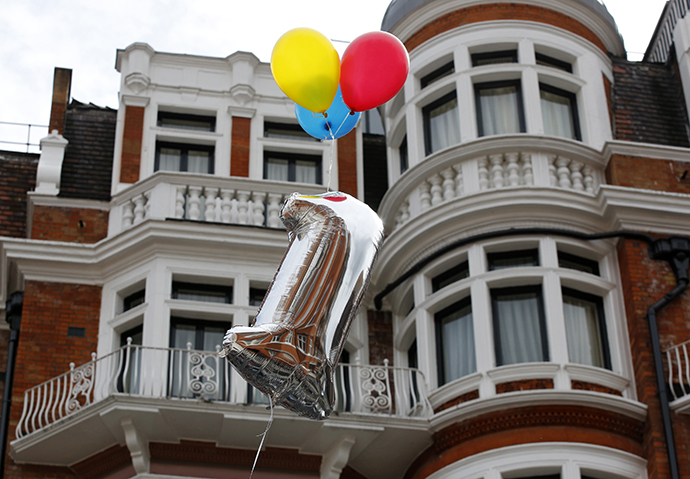 A balloon marking the first anniversary of WikiLeaks founder Julian Assange's entry to Ecuador's embassy is tethered above the building in central London June 16, 2013. (Reuters / Chris Helgren)