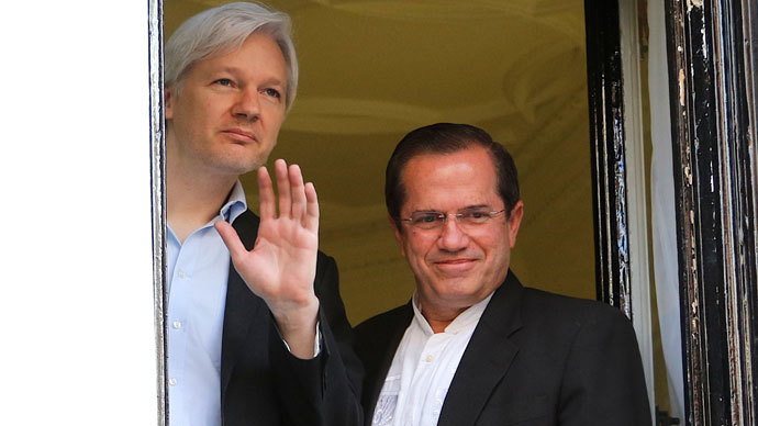 Ecuadurian Foreign Minister Ricardo Patino (R) looks on as Wikileaks founder Julian Assange (L) waves from the window of the Ecuadorian embassy in central London.(AFP Photo / Andrew Cowi)