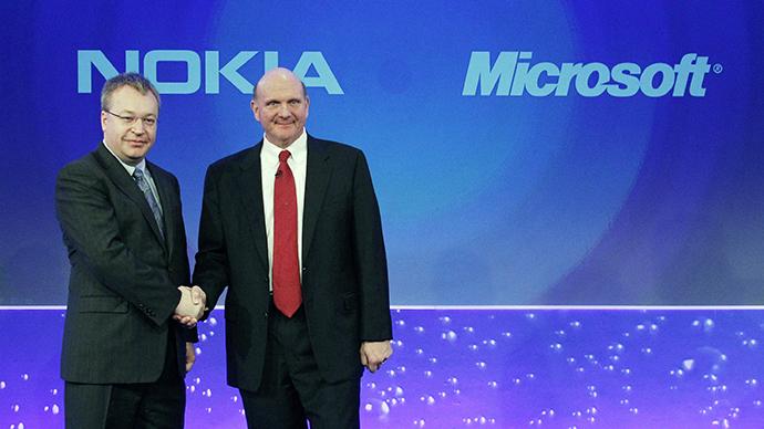 Nokia chief executive Stephen Elop (left) welcomes Microsoft chief executive Steve Ballmer (file photo) (Reuters / Luke MacGregor)