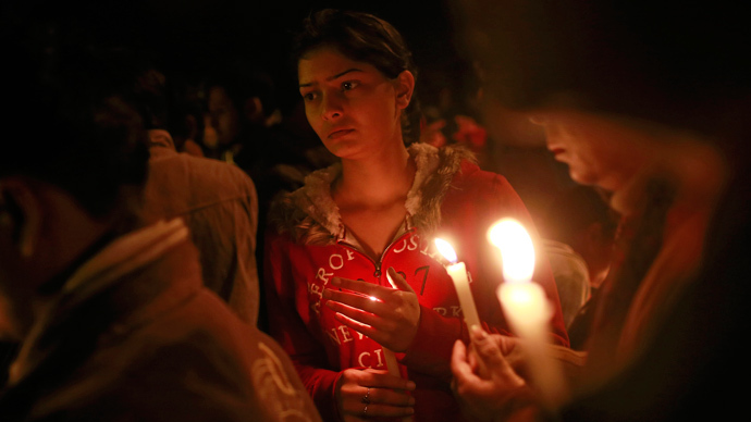 Demonstrators hold candles during a candlelight vigil for a gang rape victim who was assaulted in New Delhi December 30, 2012 (Reuters / Danish Siddiqui)