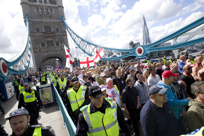 Members of the right-wing English Defence League (EDL) are escorted by police as they march across Tower Bridge in London on September 7, 2013. (AFP Photo/Justin Tallis)