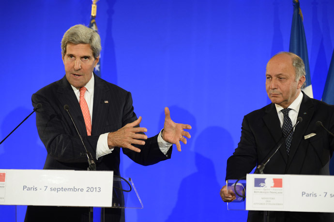French Foreign Affairs Minister Laurent Fabius (R) and US Secretary of State John Kerry give a press conference at the ministry in Paris, on September 7, 2013. (AFP Photo)