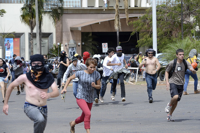 Demonstrators clash with riot police near the National stadium in Brasilia on September 07, 2013 (AFP Photo)