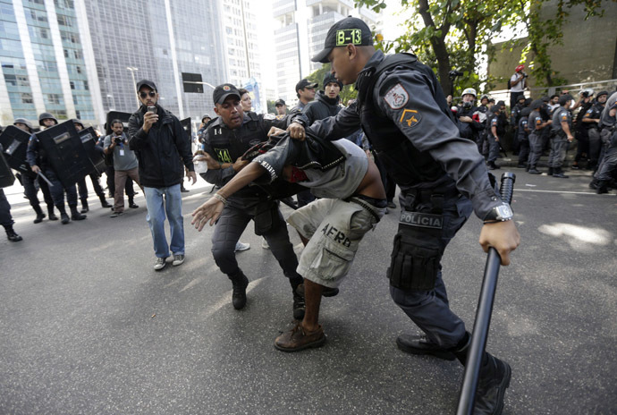 Policemen detain a demonstrator at a protest during Brazil's Independence Day in Rio de Janeiro, September 7, 2013. (Reuters/Ricardo Moraes)