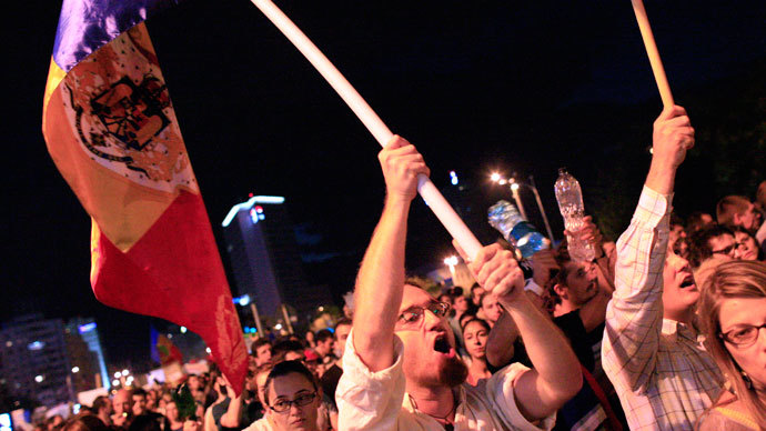 Protesters shout slogans as they march in front of government headquarters in Bucharest September 8, 2013.(Reuters / Radu Sigheti)